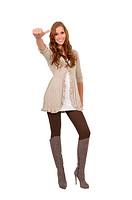 Junge Frau mit Stiefel zeigt Daumen