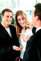 Autokauf _ Händler gibt Schlüssel an Paar