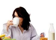 junge frau trinkt kaffee beim frühstück