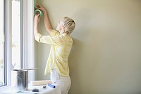 Pretty, mid adult woman prepping to paint (thumbnail)