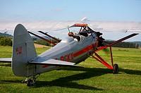 Graues Sportflugzeug mit Pilot auf dem Flugplatz Marpingen / Saarland vor dem Startmanöver.