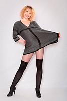 Junge Frau im grauen Strickminikleid und schwarzen Stockings