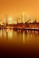 Skyline Frankfurt am Main bei Nacht und Nebel.