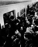 giappone, tokyo, ora di punta alla stazione di shinjuku, 1950 1960