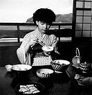 giappone, giovane donna consuma il suo pasto, 1960