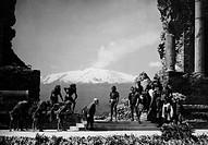italia, sicilia, taormina, teatro greco romano, rappresentazione del ciclope di euripide, 1949