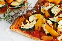 Courgette, tomato, pepper and sheep´s cheese pizza