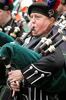 New York City, a woman playing bagpipes during the St  Patrick´s parade, Manhattan