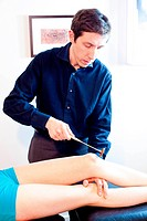 Woman in consultation with a rheumatologist. Patellar reflex.