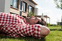 Germany, Bavaria, Nuremberg, Mature man resting in garden (thumbnail)