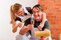 Paar renoviert neue Wohnung zum Einzug