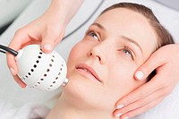 Cryo_Lift  technology. Dermo_practitioner stimulating microcirculation of the skin with a device for spreading the cold smooth and tighten skin.