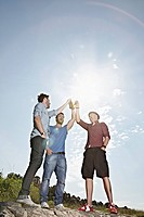 Germany, Cologne, Young men drinking beer (thumbnail)