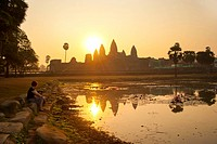 Tourist watching sunrise at Angkor Wat Temple, Angkor Temples, UNESCO World Heritage Site, Siem Reap Province, Cambodia, Indochina, Southeast Asia, As...
