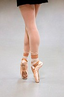 Female ballet dancer en pointe
