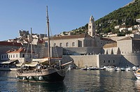 Tourist boat in the old harbour with the bell tower of the Franciscan Monastery in the background, Old Town, Dubrovnik, UNESCO World Heritage Site, Cr...