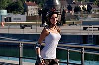 Maedchen mit Helm beim Inline_skaten