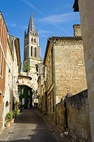 Saint-Emilion, in the Dordogne River Valley, Gironde region, Acquitaine, France, Rue de la Petite Fountaine leading to Romanesque monolithic church 'L...