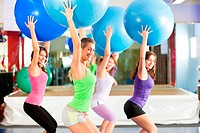 Fitness _ Training und Workout im Fitnessstudio