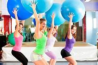 Fitness _ Training und Workout im Fitnessstudio