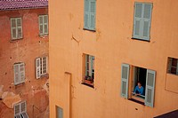 A WOMAN AT HER WINDOW, COLOURFUL HOUSES, THE OLD TOWN OF MENTON, ALPES_MARITIMES 06, FRANCE