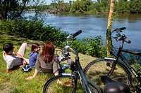 FAMILY OF CYCLISTS SITTING ON THE BANKS OF THE RIVER, ´LOIRE A VELO´ CYCLING ITINERARY, VILLAGE OF CANDES_SAINT_MARTIN, INDRE_ET_LOIRE 37, FRANCE