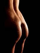 Po einer schönen nackten Frau mit nassem Körper