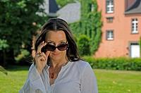 Frau blickt über Sonnenbrille woman looks over a sunglasses