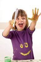 Mädchen malt mit Fingerfarben