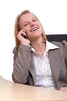 Junge Frau telefoniert mit einem Smartphone