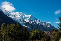 Eine atemberaubende Aussicht bietet sich dem Betrachter in Chamonix mit direktem Blick auf den Gletscher. An breathtaking view for the visitor in Cham...