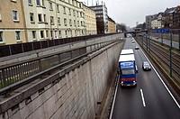 Deutschland, Essen. Die Autobahn 40 fuehrt durch Essen, unterhalb von Wohnhaeusern. | - ESSEN, Nordrhein-Westfalen, GERMANY, 01/01/2006