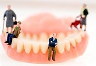 symbolic, senior figures on fals teeth. - 21/03/2008