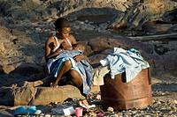 Afrika, Namibia, Epupa, Frau beim Säugen ihres Kindes - Namibia, 24/05/2008