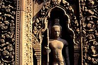 CAMBODIA, SIEM REAP, BANTEAY SREY TEMPLE, DETAIL OF TEMPLE, SANDSTONE CARVING, FIGURE.