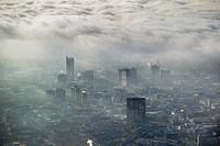 ESSEN Stadtansicht über die von einer imposanten Nebel- und Wolken- Landschaft eingehüllte Skyline der Essener Innenstadt im Bundesland Nordrhein-West...