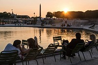 RELAXING IN CHAIRS AROUND THE PONDS IN THE TUILERIES GARDENS, PARIS (75), FRANCE