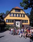 D-Samtgemeinde Hankensbuettel, Hankensbuettel, Naturpark Suedheide, Droemling, Lueneburger Heide, Niedersachsen, Kindergruppe vor der Jugendherberge, ...