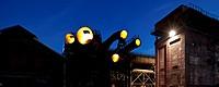 Von innen beleuchtete Rohrenden im Westpark an der Jahrhunderthalle Bochum in der Daemmerung.
