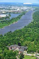 MAGDEBURG 16.05.2014 Landschaft mit dem historischen Herrenkrug Parkhotel an der Elbe in Magdeburg im Bundesland Sachsen-Anhalt. Das Herrenkrug Park H...