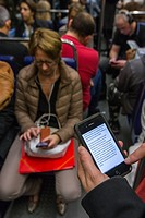 ILLUSTRATION SMARTPHONE, READING THE NEWS ON A CELL PHONE IN THE PARISIAN METRO