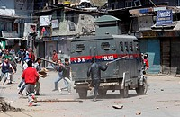 (150410) -- SRINAGAR, April 10, 2015 () -- Kashmiri protesters attack an Indian police vehicle during a protest in Srinagar, summer capital of Indian-...