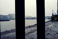 The City una mañana de niebla visto desde la orilla del River Thames. y visto de un viejo embarcadero. London, UK, Europa.