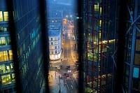 Vista de una calle con trafico y gente andando visto de lo alto de la Tate Modern con dos edificios modernos en primer plano uno de viviendas y otro d...