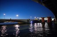 Puente con la silueta de dos hombres andando al atardecer noche. River Thames, Blackfriars Bridge, London, UK, Europa.