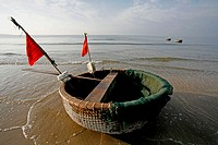 Tung Chai , a gigantic round wicket basket sealed with pitch , used as a  row boat (Muine , Vietnam)
