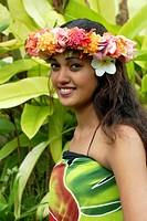 jeune femme portant une couronne de fleurs,Tahiti,iles de la Societe,archipel de la Polynesie francaise,ocean pacifique sud