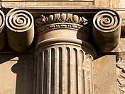Columna con capitel de estilo jónico en la fachada del Palacio Real de Carlos V en la Alhambra de Granada, obra de Pedro Machuca, de estilo renacentis...