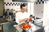 Pastry chef Anthony Beucher prepares blood oranges for dessert, restaurant Les Tonnelles by chef Gérard Bossé, Béhuard, Marne-et-Loire, Pays de la Loy...