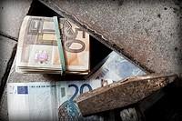 Dinero Euros escondido bajo el suelo